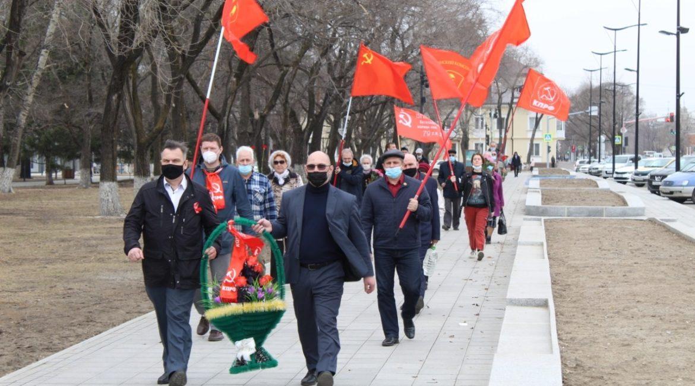 «Борьба продолжается»: коммунисты Благовещенска возложили цветы к ленинским монументам амурской столицы
