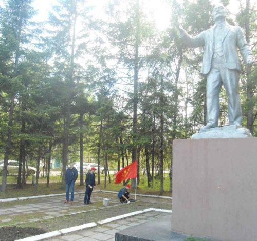 В День пионерии комсомольцы Свободного провели субботник