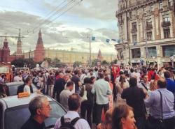 Участники несанкционированной акции в центре Москвы требуют «Свободу» и скандируют антипутинские лозунги.